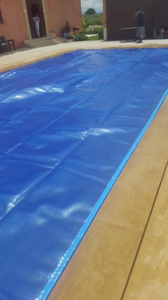 Piscine couverte avec une bâche pour piscine