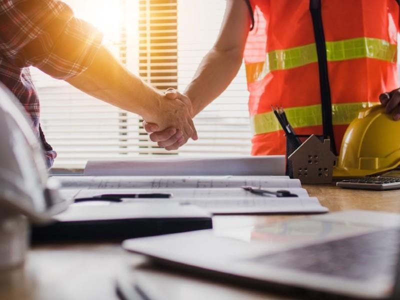 Plan De Construction Piscine deux personnes serrent la main